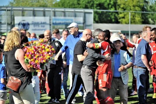 Purrel Fränkel viert het kampioenschap van Duno in de armen van trainer Lodewijk de Kruif.