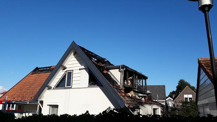 Bij daglicht is goed te zien hoe groot de schade aan de woning is.