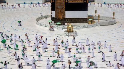 Pelgrims beginnen aan hadj in Mekka tijdens pandemie: veel minder deelnemers, social distancing en mondmaskers