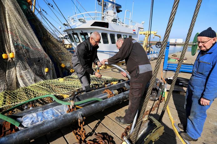 Op de SCH 45 worden de netten aangepast, waarbij water over de zeebodem wordt gespoten, om de vissen in het net te drijven.
