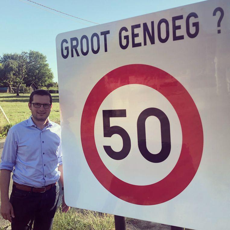 Fernand Van Trimpont, schepen van mobiliteit, bij één van de extra grote borden die de stad Geraardsbergen plaatst om mensen te herinneren aan de snelheidsbeperkingen.