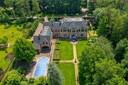 €2,2 millions d'euros | Une villa majestueuse avec 6 chambres et un terrain de quelque 5.000 m2 à Schilde. Inclus: un studio entièrement aménagé avec mancave afin de jouer au billard et aligner les trophées de chasse. Comme au café, mais en mieux!