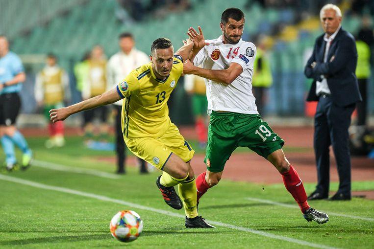 Amir Rrahmani (l) houdt met Kosovo de Bulgaar Isa af in een EK-kwalificatiematch eergisteren.