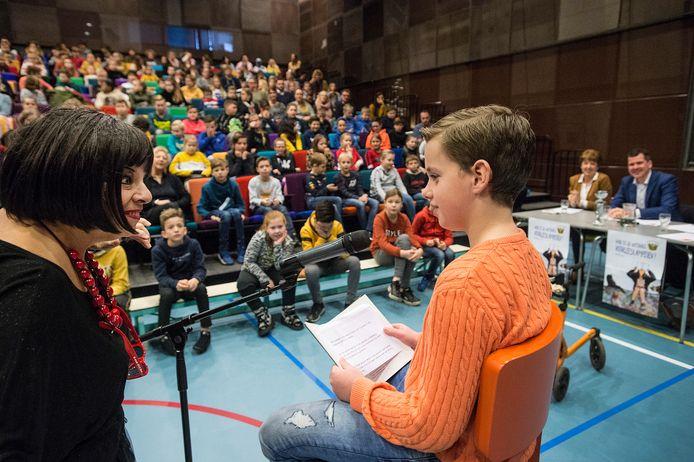 Presentatrice len Copal wenst Owen Dirkse uit groep 7 van basisschool Den Duin uit Made succes met het voorlezen uit het boek 'Ravelijn' van Paul van Loon.