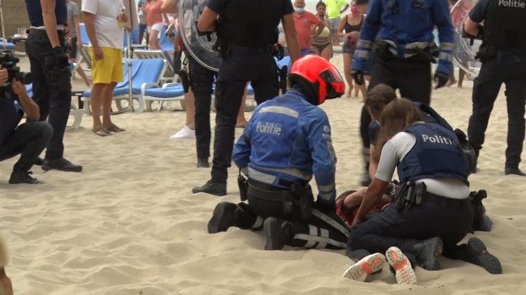 De politie moest zaterdag ingrijpen bij een massale vechtpartij op het strand van Blankenberge.