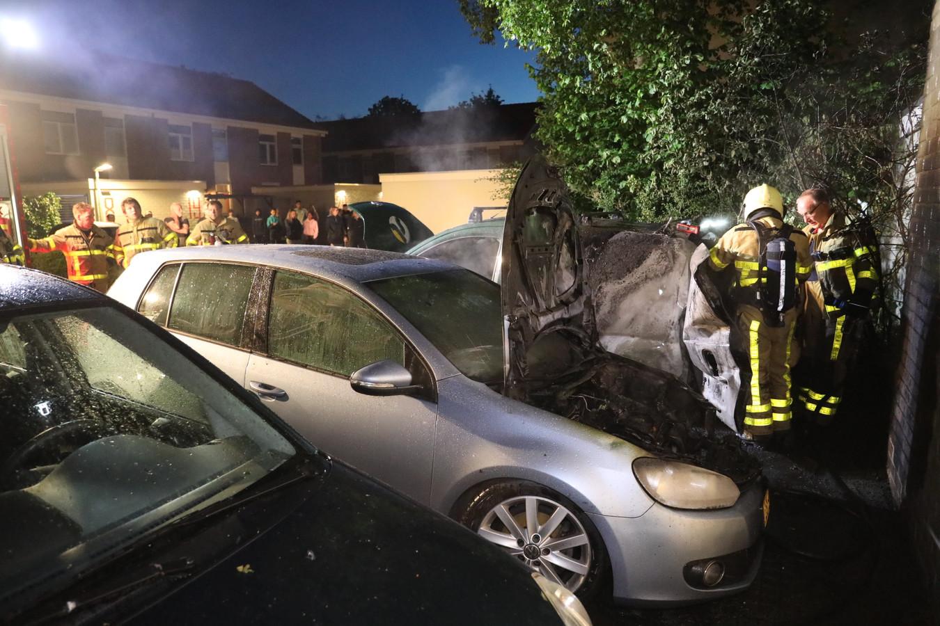 Aan de Hazelaarshof in Vaassen woedden vannacht twee autobranden.
