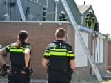 Brandweer snijdt metalen platen kapot om brand op Spinveld te kunnen blussen
