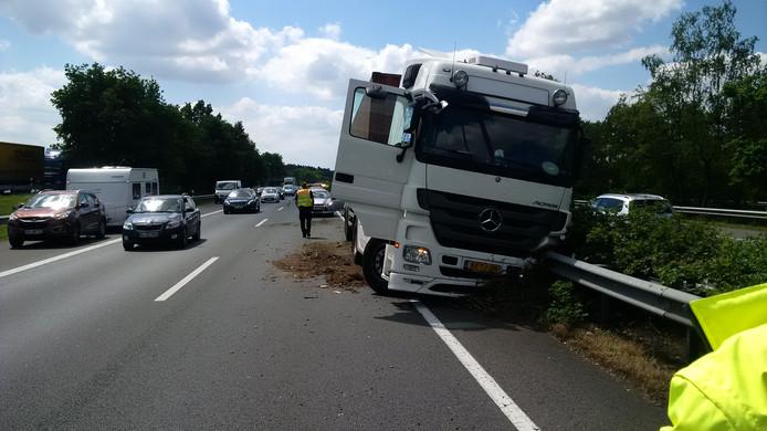 Een vrachtwagen met een klapband zorgt al snel voor flinke verkeershinder. Door tijdig alarm te slaan over te zachte banden, wil Rijkswaterstaat met bedrijven zulke ellende voorkomen.