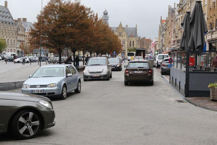 Auto's rijden rond de Markt in Ieper. Zeker tijdens piekmomenten is het daar aanschuiven.