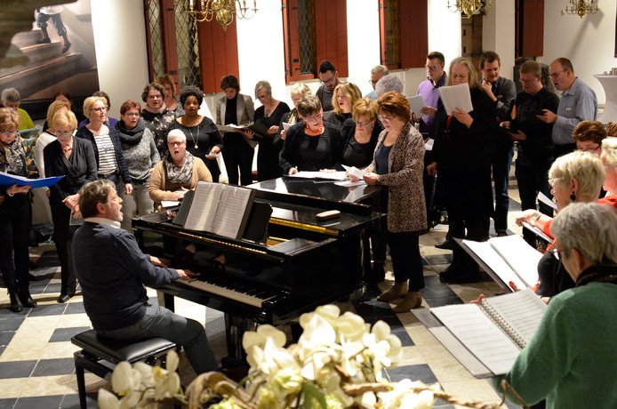 Repetitie Musical4All en Kir Royal met Max Smeets in Hofzaal Markiezenhof voor show met Pia Douwes.