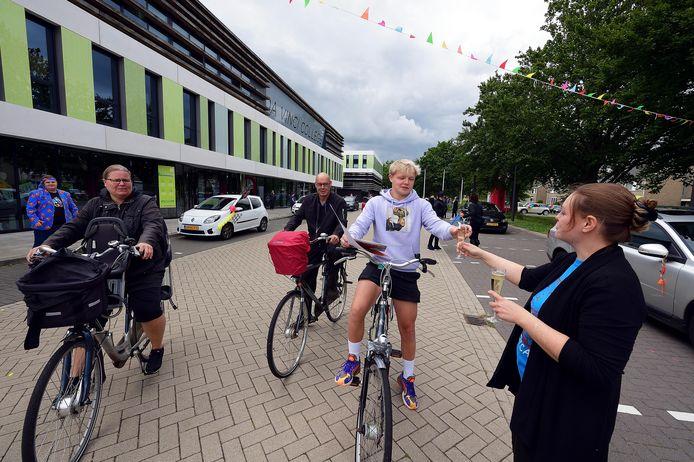 Kian Loos kwam met zijn ouders op de fiets door de  met zijn ouders doet dat op de fiets drive-in-uitreiking