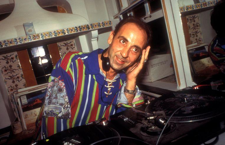 DJ Jose Padilla draait in Cafe Del Mar op Ibiza (1994).  Beeld Universal Images Group via Getty