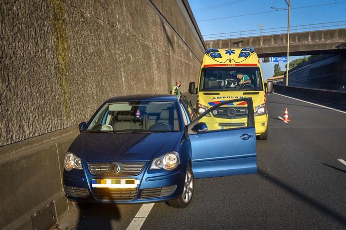 Op de N11 bij Alphen is een auto meerdere malen tegen de zijkant van de tunnel gebotst.