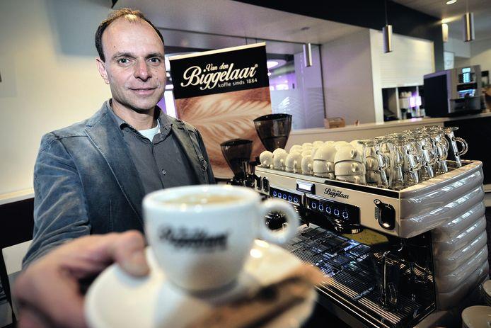 Rob Jansens in 2015 toen hij voor het eerst weer Biggelaar koffie kon schenken.