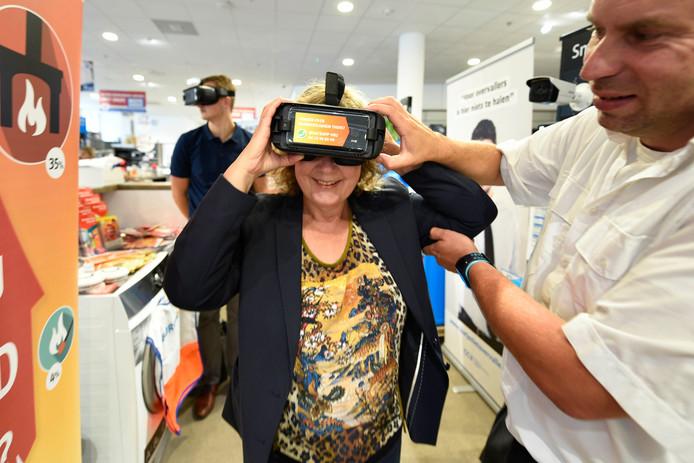 65d175d8434977 Preventie-deskundige Geert-Jan Rijsterborg helpt Rini ten Groothuis bij  haar virtual reality-