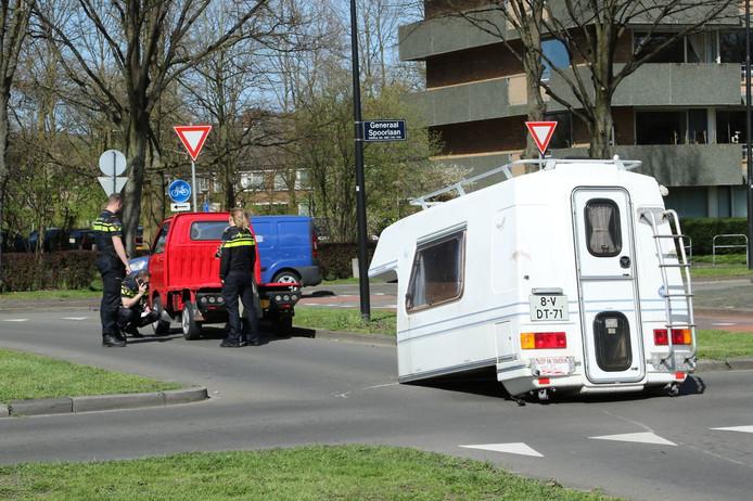 De camper belandde midden op de weg.