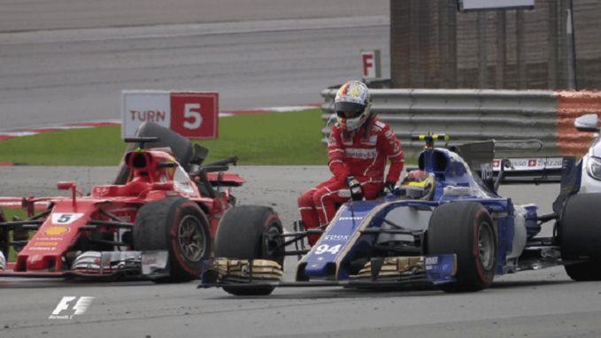 Bizar beeld: Vettel eindigt race op drie wielen maar mag meeliften met landgenoot