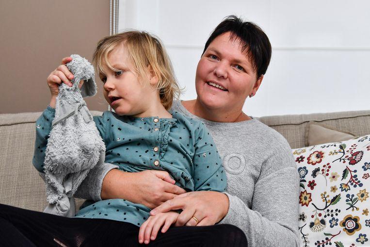 Ella-June met haar knuffel en haar oma, die een oproep wil lanceren.