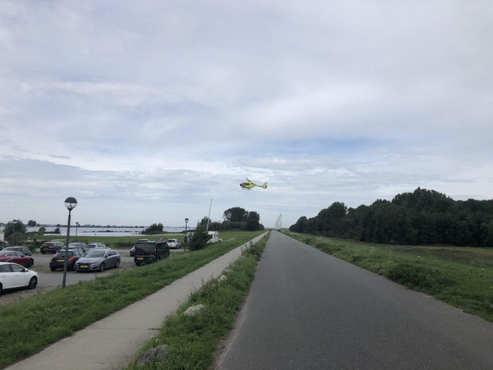 De helikopter vlak voor de landing.