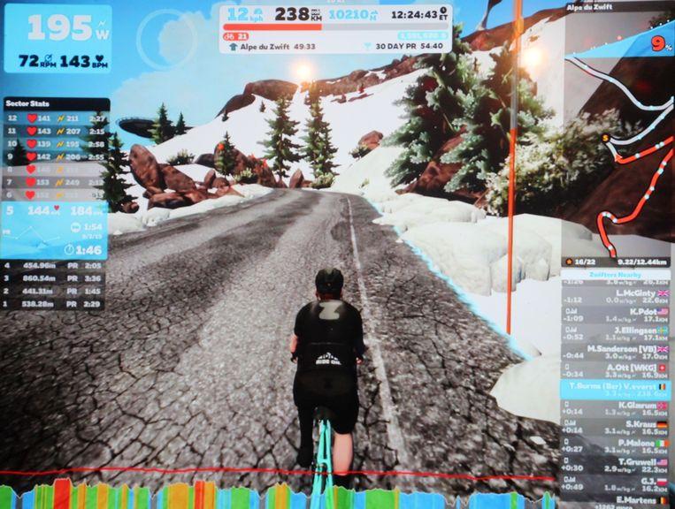 Dankzij de virtuele wielerwereld Zwift was de klim levensecht en kon het publiek de prestaties van Tom op groot scherm volgen.
