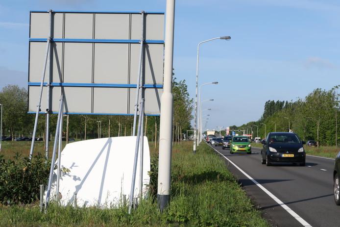 Nepflitsbus bespoten met graffiti.