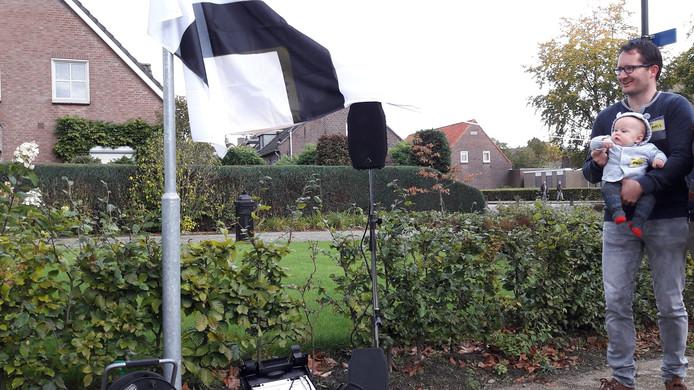 Bauke Mickers onthult straatnaambordje 'Mickershof'