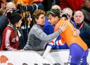 Patrick Roest viert de wereldtitel met zijn moeder.