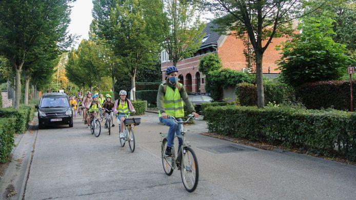 De leerlingen fietsen samen een veilige fietsroute.