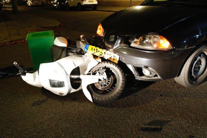 De scooter van de maaltijdbezorger voor de auto.