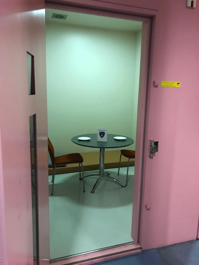 In de politiecel in Zwolle kun je 'romantisch' dineren op Valentijnsdag.