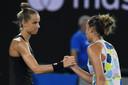 Arantxa Rus (links) en Madison Keys schudden elkaar de hand nadat de Amerikaanse doorstootte naar de derde ronde.
