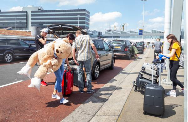 **Kiss & ride? Op Schiphol gaat dat  (mogelijk) geld kosten**