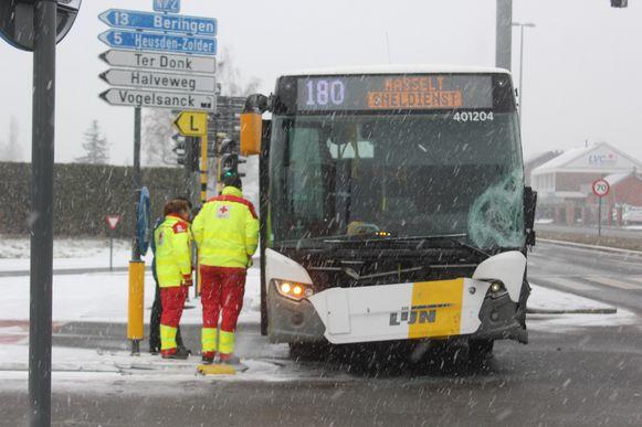 Toevallig passerende ambulanciers hielpen enkele lichtgewonde slachtoffers op de lijnbus