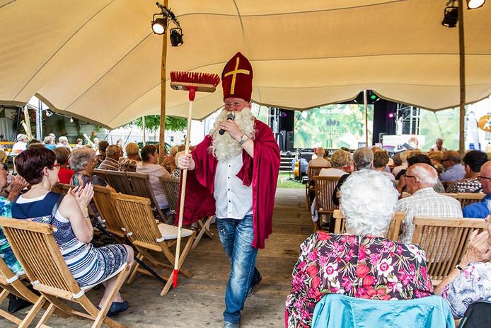 Sinterklaas met een bezemsteel bij Veldhoven Proeft