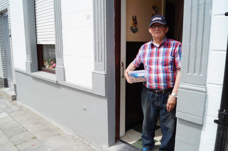 Overbuurman Werner Casteleyn brengt soms hondenkoekjes mee voor de honden van de daklozen.