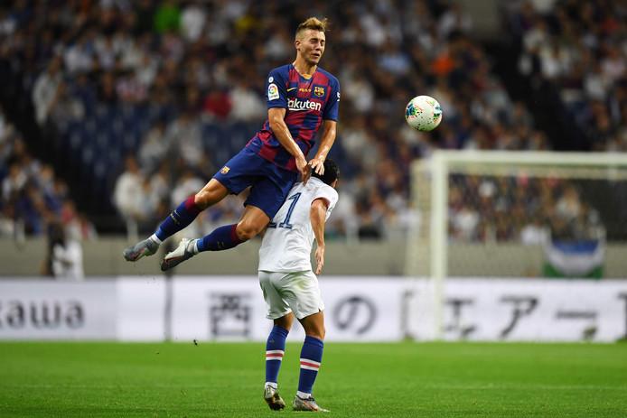 Oriol Busquets torent in het vriendschappelijke duel tegen Chelsea hoog boven Pedro uit.