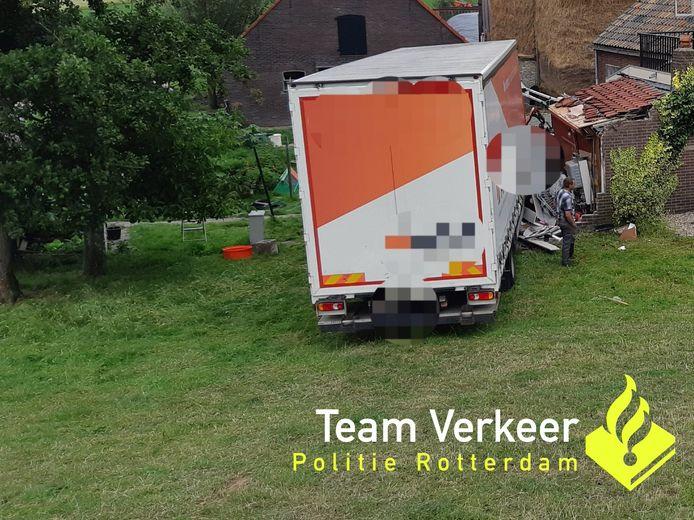 De vrachtwagen kwam onder aan de dijk tegen een huis tot stilstand.