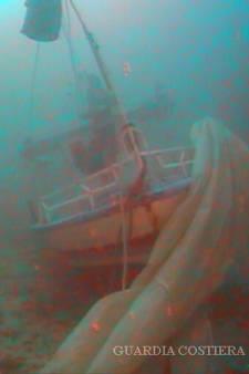 Le récit poignant d'un plongeur ayant retrouvé le corps d'une migrante enlaçant son bébé