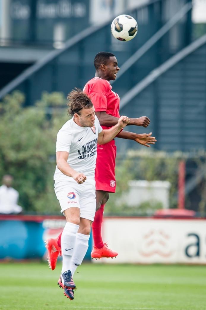 Duel tussen FC Twente-speler Brem Soumaoro en TEC-speler Jip Bartels. ProShots.
