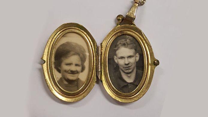 Verschillende sieraden werden aangetroffen in de auto van inbrekers die aangehouden werden in Genemuiden.