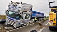 Trucker belandt netjes in middenberm na klapband op E17