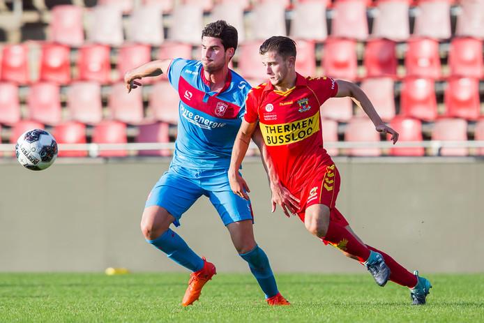 Jong FC Twente-speler Nacho (l) in duel met Giovanni Buttner van Jong GA Eagles
