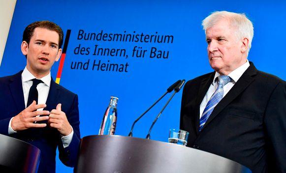 De Oostenrijkse kanselier Sebastian Kurz (links), tijdens de persconferentie, samen met de Duitse minister van Binnenlandse Zaken Horst Seehofer (rechts).