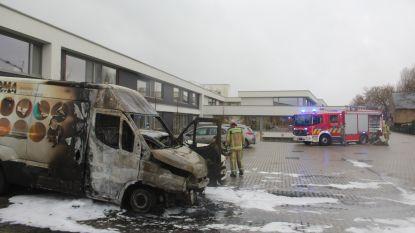 Rusthuisbewoners even geëvacueerd door brandende bestelwagen