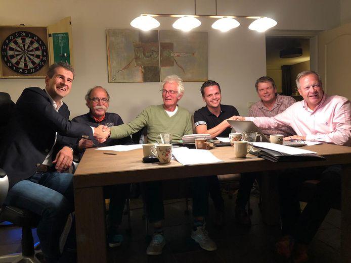 De ondertekening van de intentieverklaring met vlnr. Lodewijk Burghout (Zonnepark Haghorst), Piet Verhoeven (Hilverstroom), Jos Römgens (Hilverstroom), Thijs van Oirschot (initaitiefnemer zonnepark Haghorst), Peter Offenberg (Hilverstroom) en Milko Huijben (Hilverstroom).