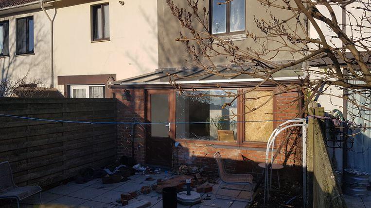 Achteraan de woning was het raam aan diggelen gesprongen door de ontploffing.