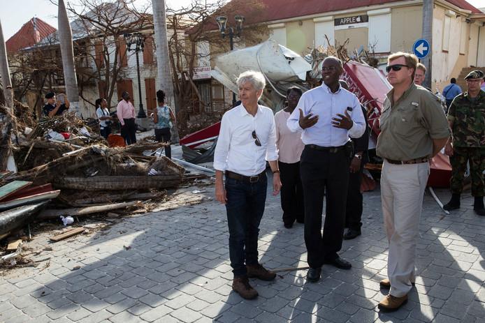 Koning Willem-Alexander en minister Ronald Plasterk tijdens hun bezoek aan Sint Maarten