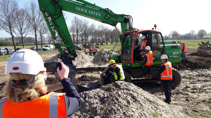 Gedeputeerde en wethouder verrichten afgelopen voorjaar nog de aftrap voor aanleg van de randweg bij Haps.