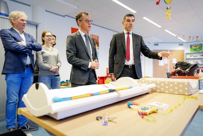 Staatssecretaris Paul Blokhuis (r) bezoekt het consultatiebureau bij het CJG. Naast hem wethouder Hans van Daalen, kinderarts Noor Handels en GGD-directeur Hans Beks.
