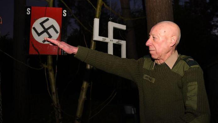 Devant notre confrère de De Morgen, Georges Boeckstaens n'a pas hésité à faire le salut hitlérien